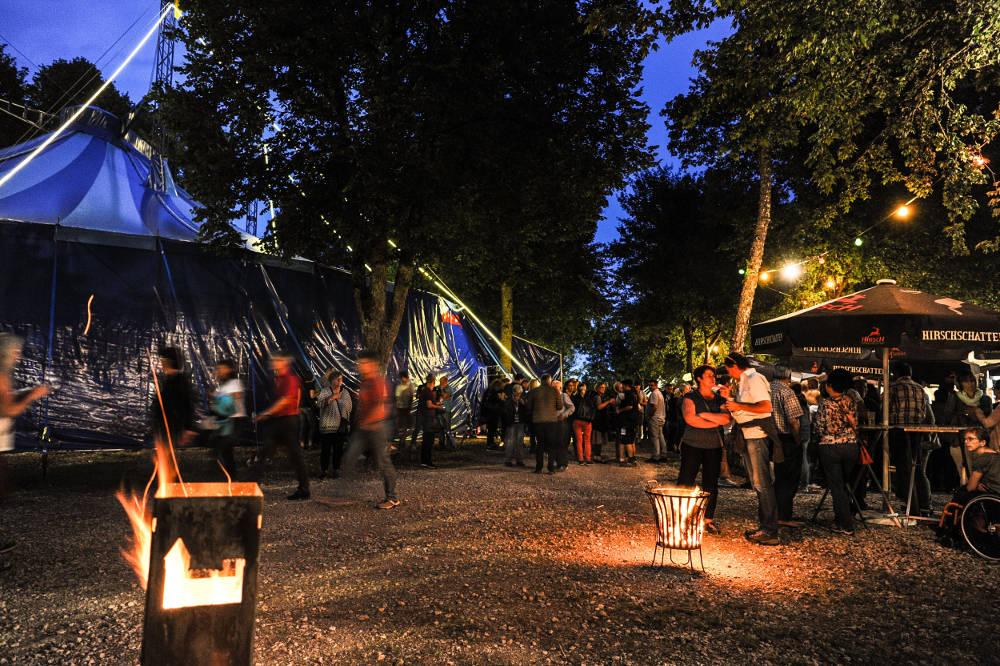 Honberg Sommer Tuttlingen, Abendstimmung im Biergarten vor dem Festivalzelt