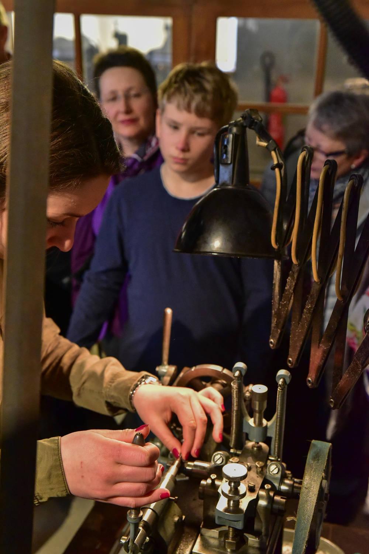 Uhrenindustriemuseum SchwenningenJunge_betrachtet_Maschinenarbeit