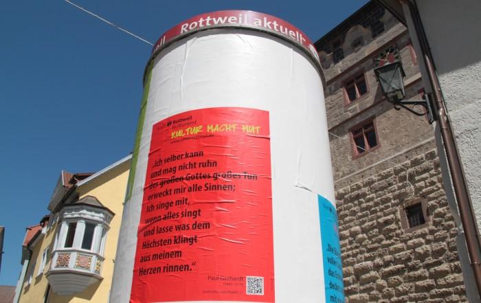 Mut machen möchte das städtische Kulturamt mit Texten von Paul Gerhardt, die auf den Litfaßsäulen in der Innenstadt plakatiert sind (Foto: Stadt Rottweil).