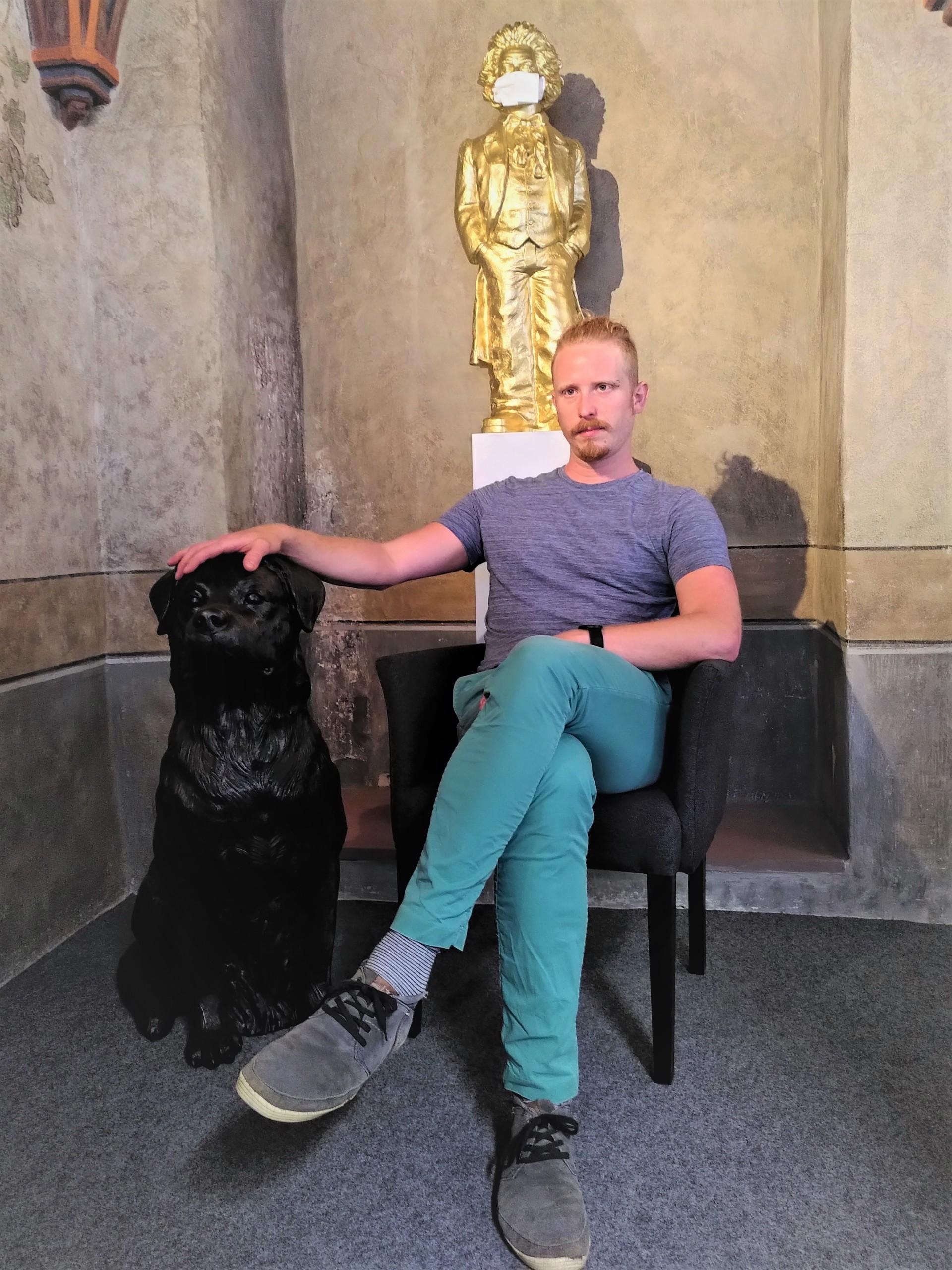 Der neue Stadtschreiber Valentin Moritz mit einem Rottweiler von Ottmar Hörl im städtischen Kulturamt (Foto: Stadt Rottweil).